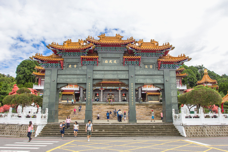 NANTOU, TAIWAN - OCT010, 2016: Tourist visited the beautiful of Sun Moon Lake Wen Wu Temple nearby Sun Moon Lake in Yuchi Township, Nantou County, Taiwan. 스톡 콘텐츠 - 90640908