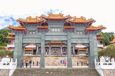 NANTOU, TAIWAN - OCT010, 2016 : 관광객은 대만 Nantou County의 Yuchi Township에있는 Sun Moon Lake 인근의 Sun Moon Lake Wen Wu 사원을 방문했습니다.