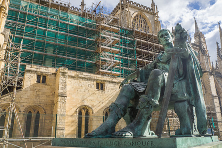Statue of Roman Emperor Constantine the great with blue sky, York city, UK 에디토리얼