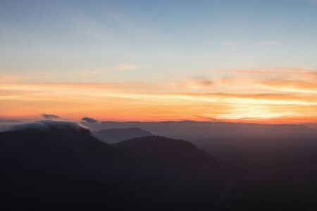 The sunrise view with mist on the mountian at Pha Mor E Dang, Khao Phra Wihan National Park, Thailand. Stockfoto