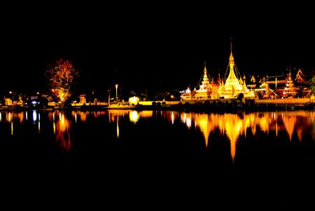 Burmese Architectural Style of Wat Chong Klang (r) and Wat Chong Kham (l) at dusk. Mae Hong Son, Northern Thailand Imagens