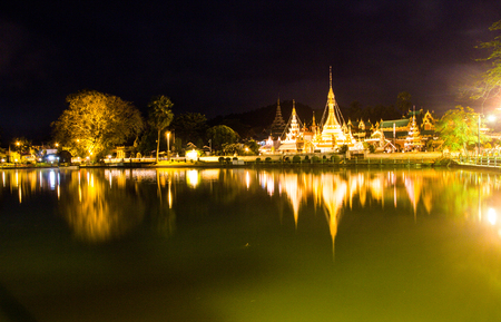 Burmese Architectural Style of Wat Chong Klang (r) and Wat Chong Kham (l) at dusk. Mae Hong Son, Northern Thailand Standard-Bild