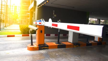 Sistema de seguridad para el acceso al edificio - barrera puerta de parada con peaje, conos de tráfico y cctv