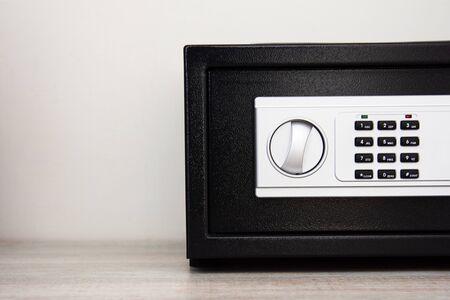 Elektronische digitale Sicherheitsbox Stahl, Geldschrank-Symbol. Gepanzerte Kiste. Türbanktresor, elektronisches Zahlenschloss. Zuverlässiger Schutz. Langfristige Einsparungen. Schließfachsymbol. Schutz persönlicher Daten Standard-Bild