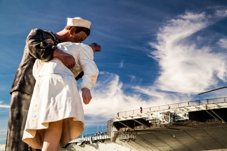 Unconditional Surrender statue and USS midway aircraft carrier Archivio Fotografico
