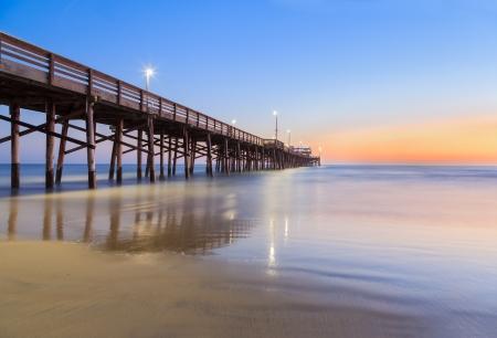 日没後ニューポート ビーチ ピア 写真素材