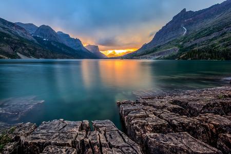 Puesta de sol en Santa María del Lago, Parque Nacional Glacier, MT Foto de archivo
