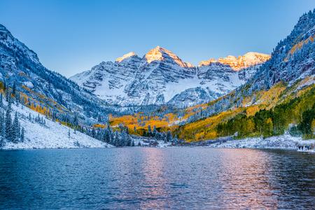 lagos: Maroon Bells al amanecer, Apen, CO Foto de archivo