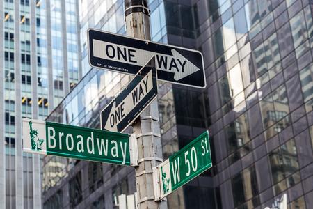 ニューヨーク市のタイムズスクエア近くのブロードウェイ ・ ストリート サイン 写真素材