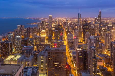 aerial: Chicago horizonte de la ciudad en la noche de Illinois