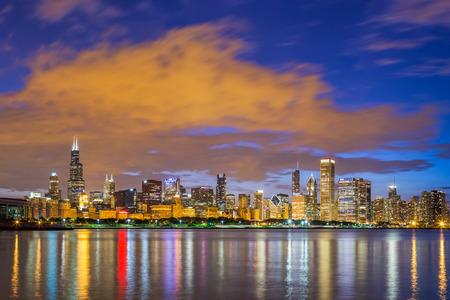 夜、イリノイ ミシガン湖とシカゴのダウンタウンのスカイライン