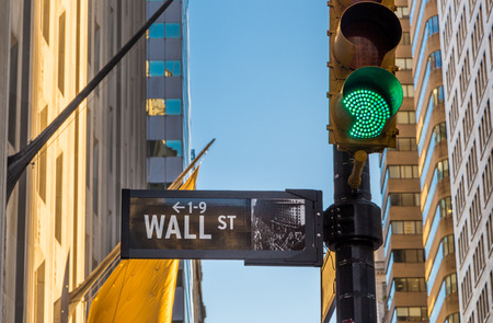 wall street sign and green light Banque d'images
