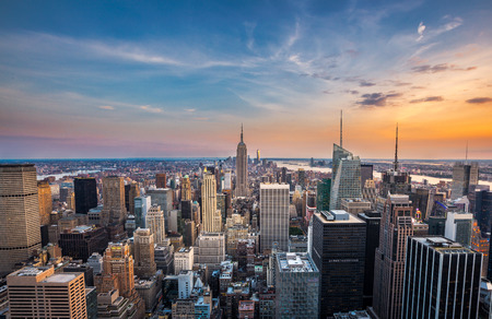 aerial: Ciudad de Nueva York horizonte de midtown al atardecer
