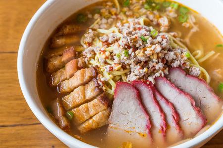 limón: Closeup spicy pork noodle - Thai food