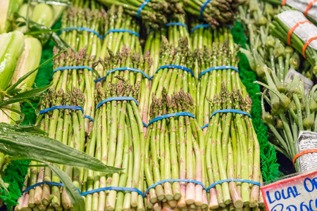 pike place: Fresh asparagus bundles on vegetable stand in Pike place market, Seattle.