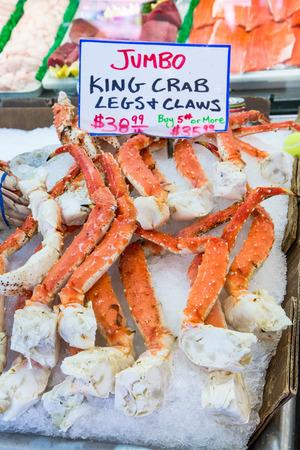 rey: Jumbo patas de cangrejo rey en Pike Place Market, Seattle Foto de archivo