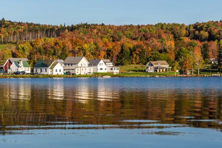 Paysage d'automne et de cabines sur la rive du lac de Elmore parc d'État.
