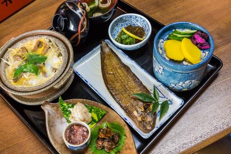 豪華な和食を設定 - 唯一の魚を炙り焼きし、ゆで卵とごぼうのドジョウ
