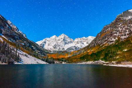 colore dell'autunno al lago Maroon di notte dopo la neve ad Aspen, in Colorado.