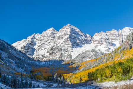 Close up Maroon Bells peaks with yellow aspen forest in Colorado Imagens