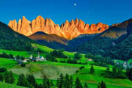 Iconico paesaggio di montagna delle Dolomiti a Santa Maddalena, Val di Funes, Italy Archivio Fotografico
