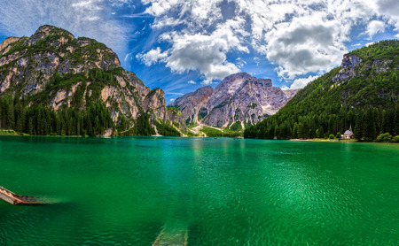 amazing view of turquoise Lago di Braies Lake or Pragser Wildsee in Dolomite mountains , Italy. Banque d'images