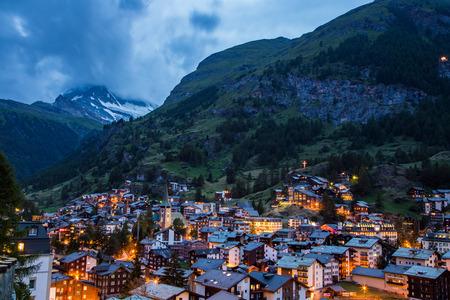 Zermatt-Stadt bei Sonnenuntergang mit Matterhorn im Sommer, Schweiz