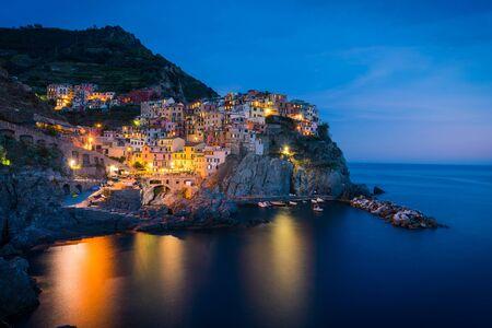 Buntes Dorf Manarola in Cinque Terre, Italien bei Nacht at Standard-Bild