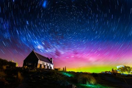 スター トレイルとオーロラ教会グッドシェファード、テカポ湖、ニュージーランドの光 写真素材