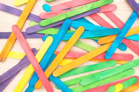 ice cream stick: Fondo de madera colorida del palillo del helado Foto de archivo