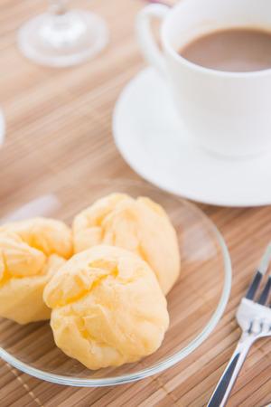 choux: pasta choux y caf� Foto de archivo