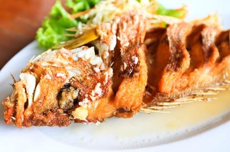 pescado frito: Pescado frito de pargo con salsa Foto de archivo