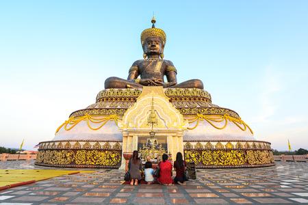 dhamma: People worship buddha statue