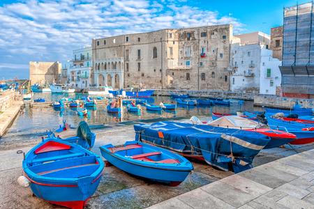 Vista di vecchia città portuale italiana Monopoli - Italia, Puglia. Mare Adriatico