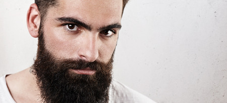 hombres negros: Retrato de un hombre con barba