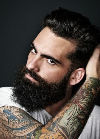 beau jeune homme: Portrait d'un homme barbu