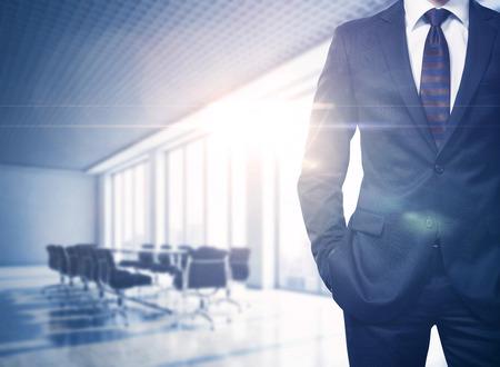 liderazgo empresarial: Busineesman en la oficina contempor�nea