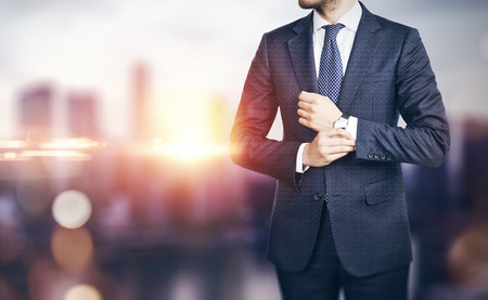 horizonte: Hombre de negocios en fondo borroso ciudad