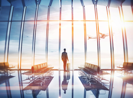 旅遊: 商人在機場與手提箱