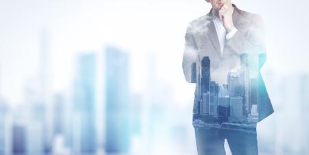 liderazgo empresarial: Doble exposición de la ciudad y hombre de negocios