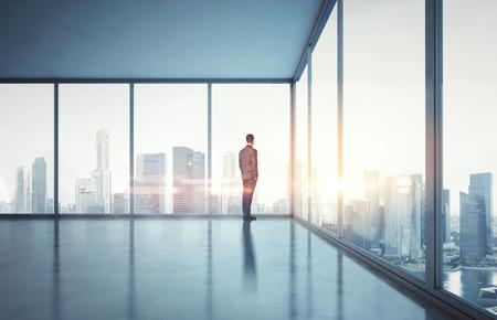 solos: Hombre de negocios en la oficina contemporánea Foto de archivo