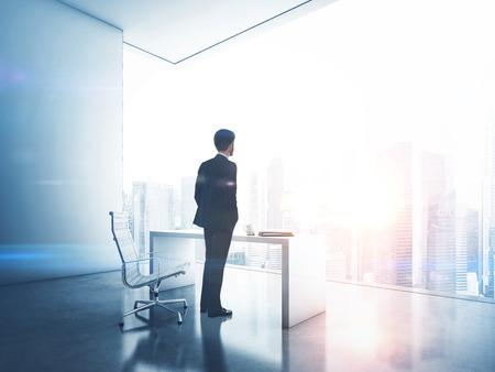 liderazgo empresarial: Hombre de negocios en la oficina contemporánea Foto de archivo