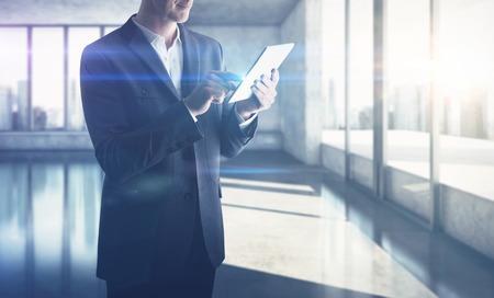 Hombre de negocios con tableta digital Foto de archivo - 40129671