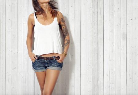 vrouwen: Vrouw draagt lege mouwloos t-shirt