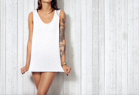 Woman wearing blank sleeveless t-shirt Banque d'images