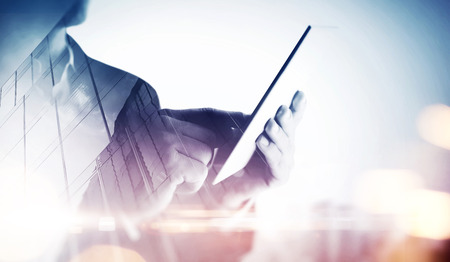 Dubbele belichting van een stad en zakenman met digitale tablet