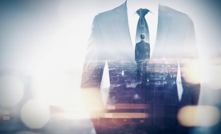 концепция: Двойная экспозиция бизнесмена и мегаполиса