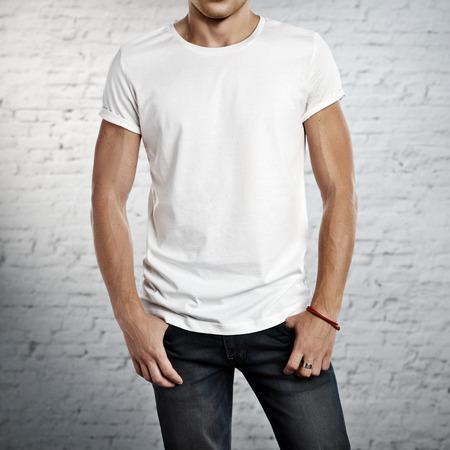 Man dragen lege t-shirt