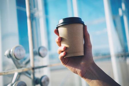 filiżanka kawy: naśmiewać się z filiżanką kawy w dłoni Zdjęcie Seryjne