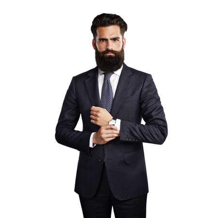 traje formal: Apuesto hombre barbudo que desgasta el juego inteligente en el fondo blanco en blanco Foto de archivo